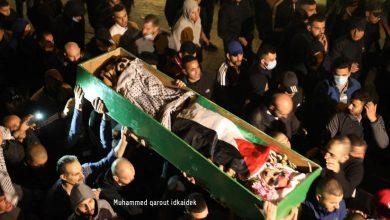 Photo of بالفيديو: جماهير غفيرة تشيع جثمان الشهيد اياد الحلاق في مقبرة المجاهدين قرب باب الساهرة