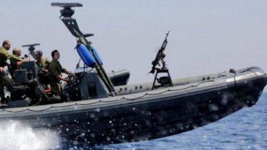 Photo of زوارق الاحتلال تستهدف مركب صيد قبالة سواحل رفح وتحاصره