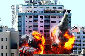 Photo of (نيويورك تايمز) تكشف تفاصيل عن تدمير طائرات الاحتلال برج الجلاء بغزة